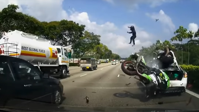 accident de moto impressionnant sur une autoroute de singapour france stunt media. Black Bedroom Furniture Sets. Home Design Ideas